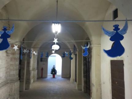 Gli addobbi realizzati ad Arcevia dai richiedenti asilo