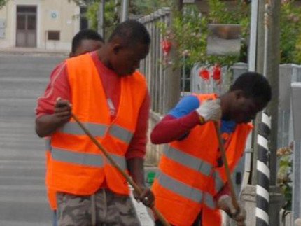 Attività di volontariato per i migranti richiedenti asilo: pulizia delle strade e decoro urbano