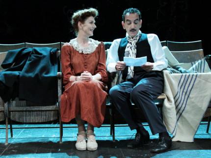 """Una scena de """"Carmela e Paolino"""", foto di Barbara Paveri"""
