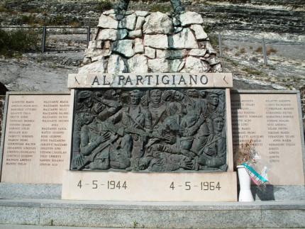 Arcevia, il monumento ai Partigiani caduti nell'eccidio di Monte S.Angelo del 4 maggio 1944. Fonte: Wikipedia
