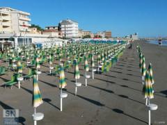 Gli stabilimenti balneari sulla spiaggia del lungomare Marconi, a Senigallia, dopo la mareggiata del 16 giugno 2016