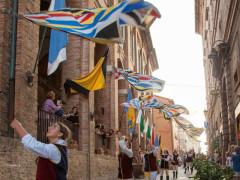 Gli sbandieratori del gruppo storico Combusta Revixi alla Festa del pozzo della polenta di Corinaldo