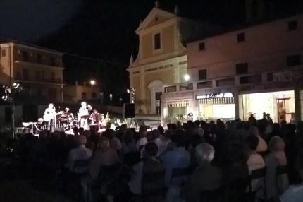Il concerto del gruppo La Macina in piazza Leopardi a Ripe di Trecastelli