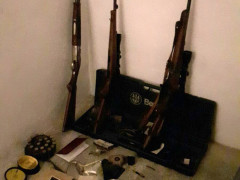 I fucili e le munizioni sequestrate dai Carabinieri