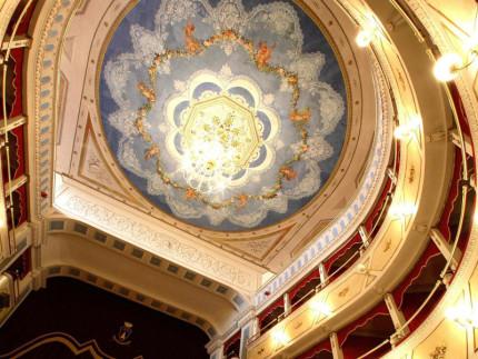 Il soffitto affrescato e restaurato del teatro Carlo Goldoni di Corinaldo