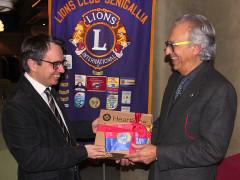 Il defibrillatore donato alla Croce Rossa di Senigallia dal Lions Club. A sinistra Marco Mazzanti (CRI), a destra Dario Pescosolido (Lions)