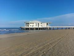 Senigallia, la spiaggia di velluto ripulita per le festività pasquali dai detriti portati con le mareggiate