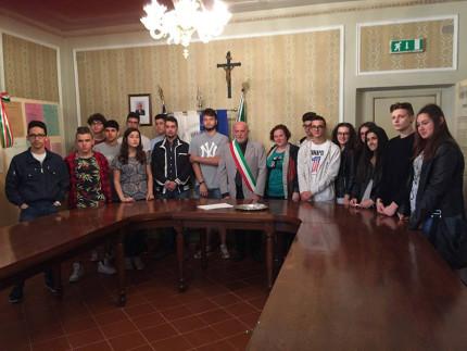 Il sindaco di Castelleone di Suasa, Carlo Manfredi, consegna la Costituzione ai neo maggiorenni in occasione della Festa della Repubblica (edizione 2016)