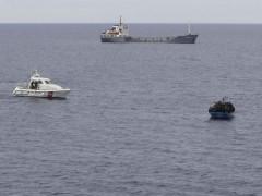 Immigrazione: clandestini a bordo di un barcone scortato dalla Guardia Costiera