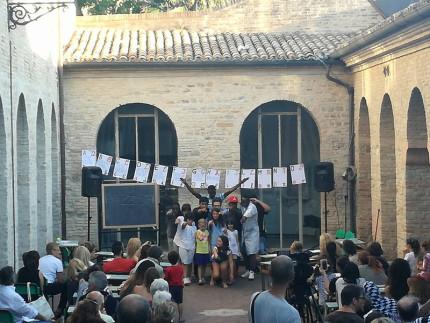 Foto di repertorio dello spettacolo Human a Senigallia, nell'ambito del progetto Migrarti Land