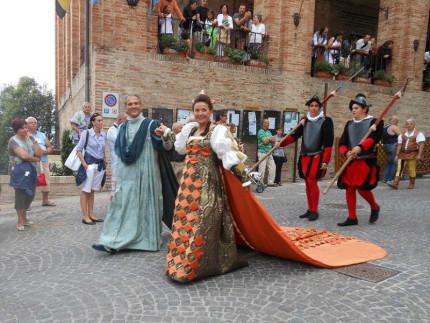La coppia dei duchi alla rievocazione del pozzo della polenta di Corinaldo del 2012