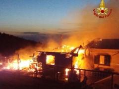 Incendio al rifugio Corsini sul monte Nerone, ingenti i danni
