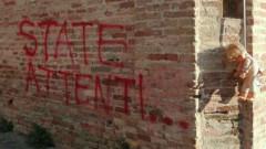 Ostra: bambola impiccata e minacce sui muri