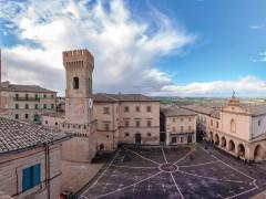 Ostra, torre civica e piazza dei Martiri