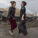 Ragazze yazide giocano nel campo profughi di Khanke