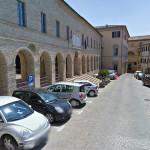 Comune di Serra de' Conti: la sede del Municipio a sinistra, la sede del CoGeSCo al centro