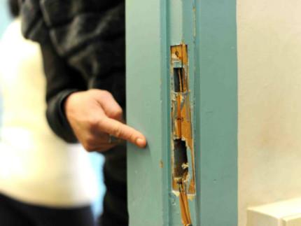 Ladri, furto, porta scassinata