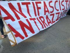 striscione ad Ancona del corteo antifascista e antirazzista