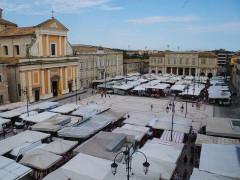 Il mercato in piazza Garibaldi, dicembre 2016