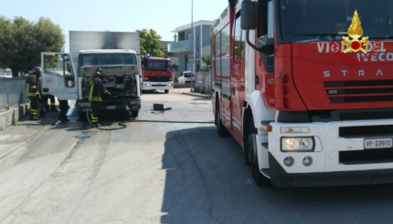Foto Notizia: Tir in fiamme a Passo Ripe