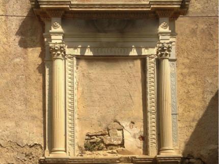 Una pregevole cornice d'altare in pietra a Loretello di Arcevia