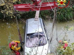 Auto in canale a Ostra