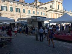 Il mercato cittadino nella nuova piazza Garibaldi a Senigallia