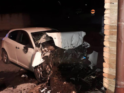 Corinaldo, auto si schianta contro la chiesa