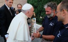 Roberto Rabboni consegna la statua della Madonna di Loreto a Papa Francesco