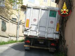 autoarticolato incastrato in via Massa ad Ostra