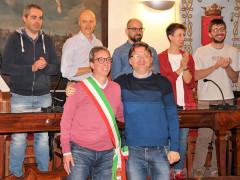 Passaggio di consegne ad Arcevia tra Andrea Bomprezzi e il nuovo sindaco Dario Perticaroli