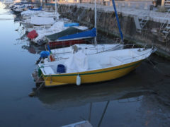 Il porto di Fano in secca: barche appoggiate sul fondale. Foto tratta da Facebook