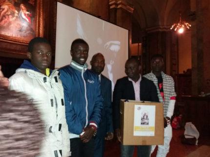 Cristiani nigeriani che offrono al Salvagente alimenti per il Pane di San Gaudenzio