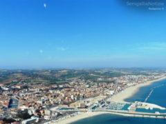Foto aerea di Senigallia vista dall'alto: il fiume Misa, il porto, il lungomare e la valle del Cesano