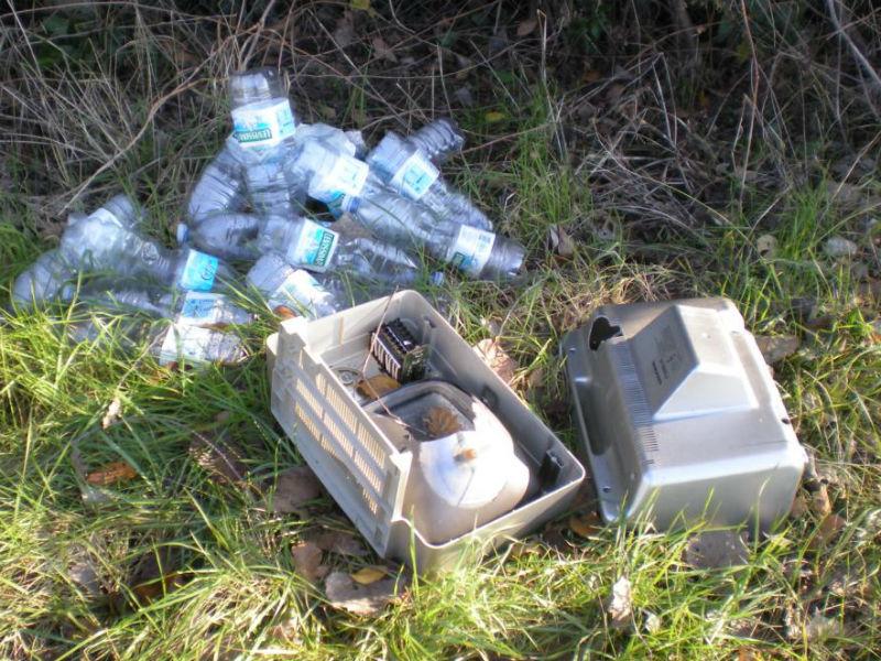 Nel territorio di Trecastelli sporcizia e rifiuti vicino al manto stradale